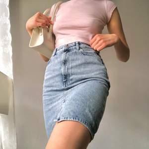 Säljer nu min söta 90's kjol. Jag är vanligtvis en storlek XS/S och passformen sitter bra på mig😊  kjolen är i nyskick! Kontakta mig om ytterligare frågor finns❣️