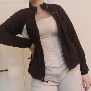 Suuuperfin svart windbreaker med vita detaljer. Hög krage och superbekväm och snygg modell! Knappt använd.