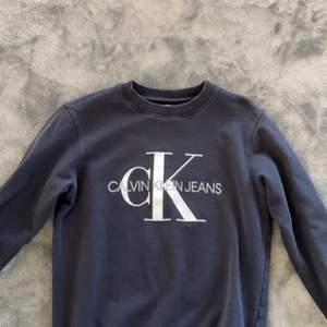 Säljer min Calvin klein sweatshirt. Köpt från kill avdelingen på jeans avdelingen i storlek xS.  Super snygg passar till allt