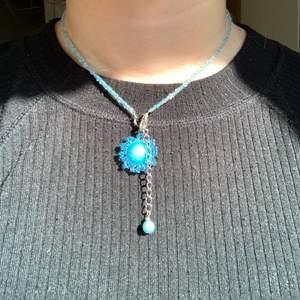 Blått pärlhalsband men en blå sol. Köpt i Sydkorea så ganska unikt, och så fint till sommaren🌶