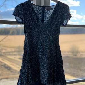 Blå blommig klänning från Princess Polly i stl 34/xs. Använd fåtal gånger, mycket bra skick. Köparen står för frakten. 🤍