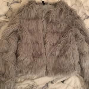 Så fin grå pälsjacka från h&m, den är aldrig använd, storlek XS 🤍 bara att skriva om fler bilder önskas :)