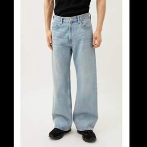 Säljer ett par beyond relaxed wide jeans från weekday i storlek 30/32