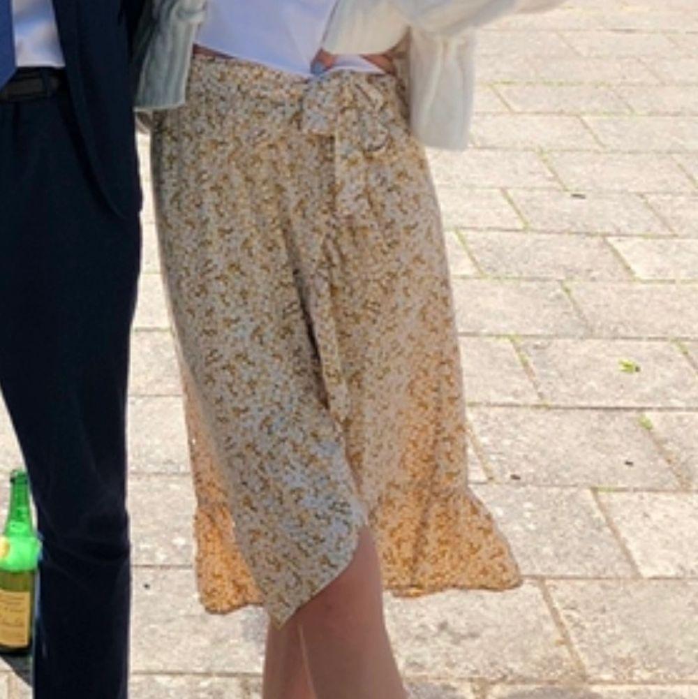 """Medellång kjol med volanger och som hår """"omlott"""" frpn monki. Endast använd vid ett tillfälle så den är helt i nyskick❤️ superfin till sommaren . Kjolar."""