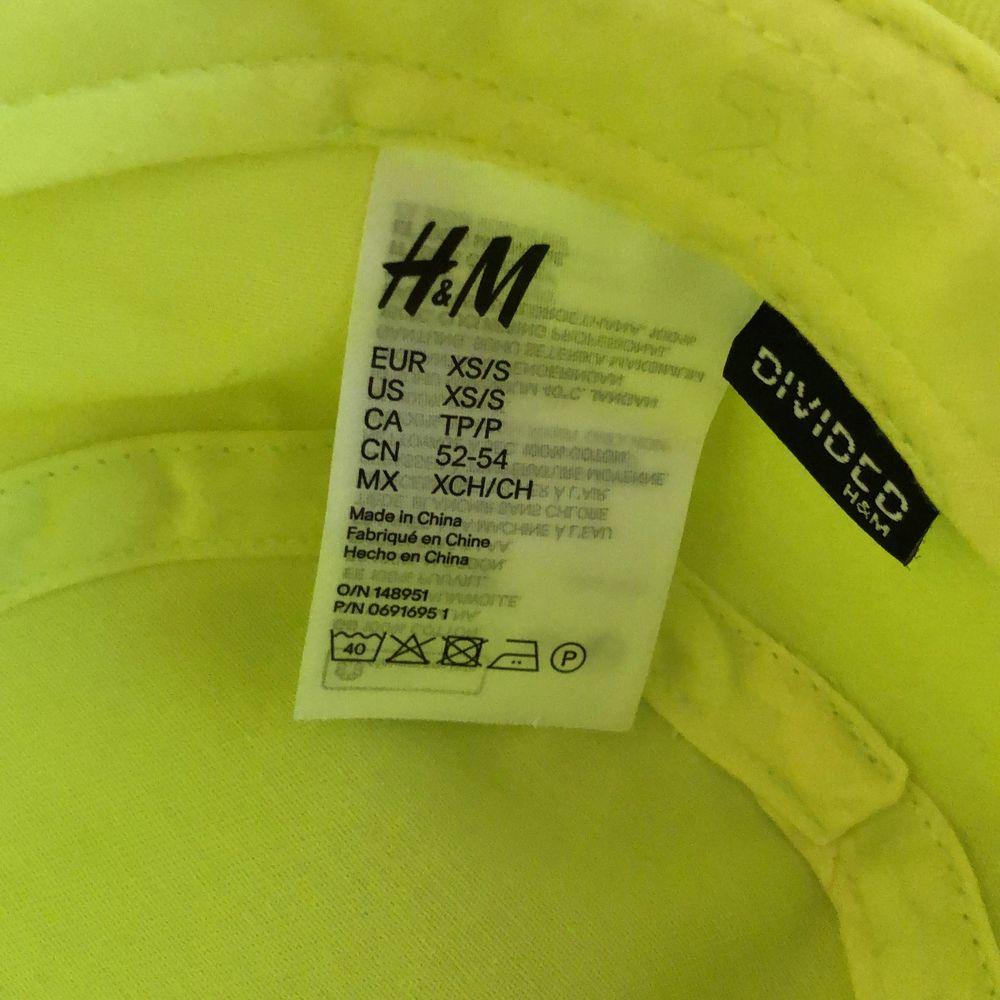 bucket hat ifrån H&M. oanvänd, jättefint skick! originalpris 80. Accessoarer.
