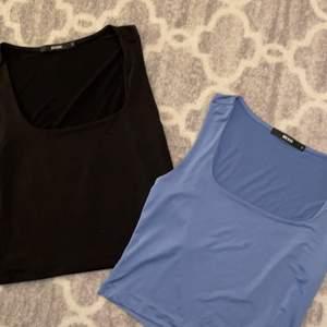 Båda topparna är samma modell/ kollektion fast en är svart och en är blå. De är i silke material (superskönt) sitter snyggt på!⚡️🤍🌸 en topp=90kr plus frakt, två toppar=210kr plus frakt🥰