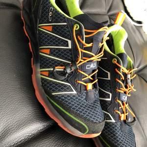 Vi köpte dem cmp skorna för 1400kr men har kommit till användning en gång så skorna är i väldigt bra skick! Cmp skorna är även vattentäta Och i storlek 37. Om nu vill ha mer bilder så är det bara o skiva! Pris kan även diskuteras