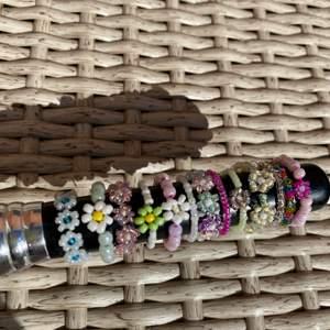 Egengjorda ringar gjord av elastisk tråd! 25 kr för blommor, 15kr annars. Hör av dig för andra  färger eller andra designer!