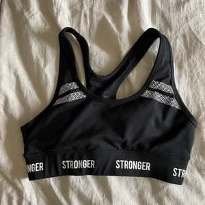 Vadderad Sport bh från stronger i strl S!! Säljer då den är för stor på mig som har xs🧑🏾🎤🧑🏾🎤 inga defekter