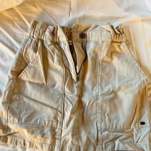 Beige kjol från pull&bear! Bara skrynkliga på bilder är i bra skick💗 stl S och pris inkl frakt🤍