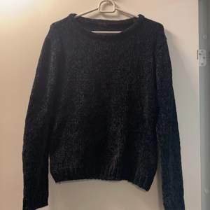 Fin stickad tröja. Jätte mjuk och skön, inte alls som vanliga stickade tröjor. Säljes då den inte kommer till användning. Storlek 170 (S)