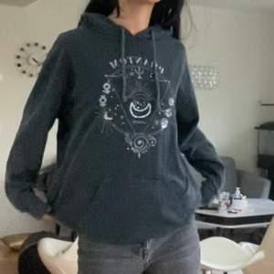 ASBAL grå hoodie med ett unikt tryck på. Finns en pytteliten fläck som jag glömde tvätta bort på bilden men som nu är helt borta. Annars är dne i nyskick och är så himla skön material❤️ frakt 66kr, buda vid flera intresserade❤️