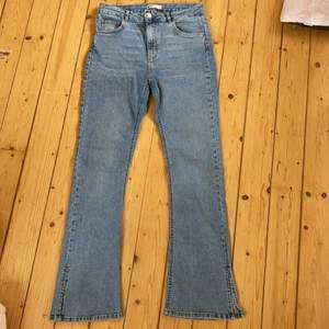 Jätte snygga jeans men slits längst ner. Använda ca 5 gånger så dom är i nyskick.