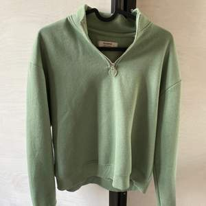 Säljer denna jättefina half zip sweatshirt från pull&bear. Super mjuk och sååå fin❤️Endast använd fåtal gånger så den är i ett nyskick🥰Köparen står för frakten