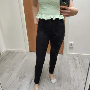 OBS smutsig spegel, själva jeansen har inga fläckar. Dessa jeansen har ett annorlunda jeans material, jag skulle säga att det är en blandning av mjuka kostym byxor och jeans. Det är något jag söker då dem inte passar mig längre, dem är jättesköna och känns inte som Jean. Storleken är xs och kommer från bikbok #bikbok #jeans