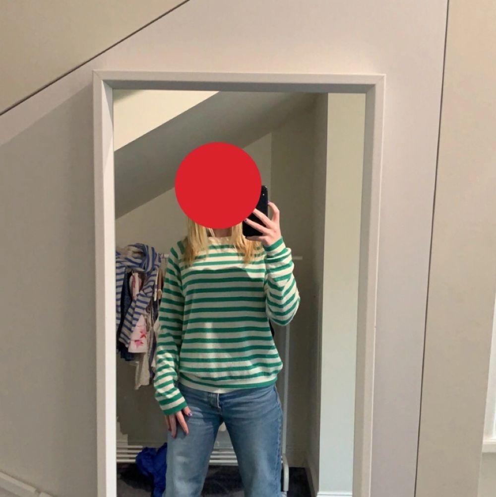 säljer nu min super fina tröja från zara då jag inte får så mycket andhämtning av den, nyskick andvänd ca 2-3 gånger så är som ny!💗 kontakta mig vid intresse ❗️är inte helt säker på om jag vill sälja så säljer bara vid bra bud❗️(lånade bilder utom 2:a bilden som är min) . Tröjor & Koftor.