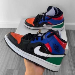 Jordan 1 mid multi patent, storlek 36.5, använda men i fint skick. Extra skosnören och box ingår. Äkta, köpta från zalando, kvitto finns.
