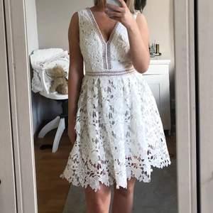Vit klänning från By Malena i storlek XS , perfekt till student! Använd en gång och i mycket gott skick. Nypris 2 500kr, säljer för 999kr. Om många är intresserade öppnar jag upp för budgivning.