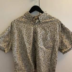 Säljer denna dina skjorta i T-shirt form från märket Natural Issue. Står tyvärr inte storlek i men skulle gissa på xl-xxl🌞 Passar dock vilken storlek som helst beroende på hur man vill att den ska sitta!!