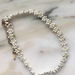 Sött sommar halsband med pärlor som ser ut som blommor 💛🤍 köparen står för frakten!