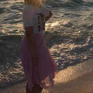 Rosa silkes långkjol som jag köpt utomlands på berska! I princip oanvänd i storlek S. Skriv vid frågor eller funderingar ❤️ frakten ligger på 66kr