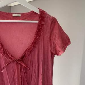 Säljer denna supersöt koftaktiga klänning. Använd över klänning på bröllop och dop. Annars i nyskick! Storlek 34/36 👍🏼💕 50kr + frakt