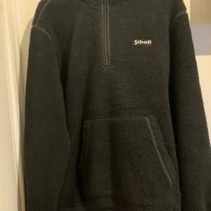 En väldigt snygg och varm Schott fleece hoodie/Jacka i strl L. Tröjan har dragkedje fickor på magen och skicket är 9/10