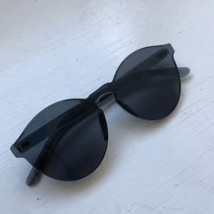 Supercoola solglasögon. Knappt använda, jättefint skick. Priset är inkl frakt.