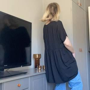 Oversized klänning/överdel i svart. Använd få ggr och i supergott skick. Den är superoversized i modellen. FRAKT ÄR INKLUDERAT I PRISET. ⚡️⚡️