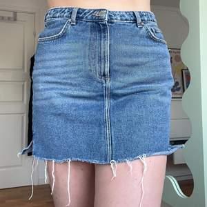jeanskjol med slitning längs kanten🦋🦋🦋