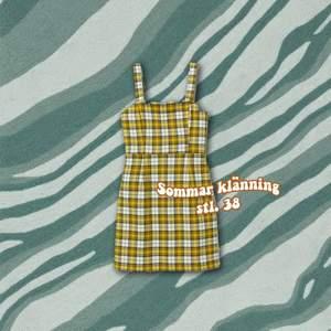 Superfin gul-rutig klänning från HM i storlek 40. Passar en 38 också.✨ Den är rätt kort och formar sig till kroppen. Riktigt snygg och kan användas med en polo under eller en hoodie över 🔥 Hör av er vid frågor, samfraktar allt ✨