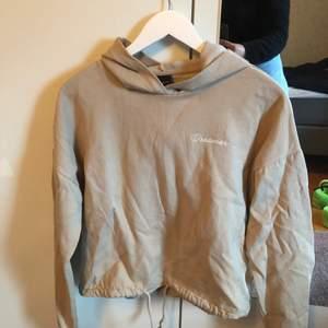 En beige hoodie med texten dreamer o snöre längst ner från Gina tricot i strl S. Den är ytterst lite nopprig men inget man tänker på när man ser den och inget som känns heller. Ganska kort i modellen men samtidigt inte croppad. Köparen står för frakt o väljer spårbart eller ej❤️