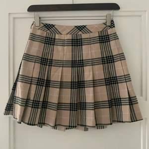Supersöt kjol från H&M! Plagget är i superbra skick och knappt använd då den är lite för liten för mig! Så fina färger till våren! Frakten ligger på 48kr och betalas av köparen 💖