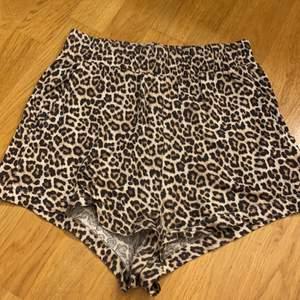 Säljer mina mysiga leopard shorts. Strl. XS. Fint skick. Katt finns i hemmet. Frakt betalas av köparen