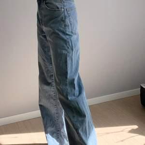 Super snygga jeans i en rak och vidare modell! Väldigt trendiga! FINNS INTE ATT KÖPA LÄNGRE!! Har används endast ett fåtal gånger därav i gott skick! Färgen beskrivs bäst på sista bilden! Är i storlek xs men skulle säga att den även bör passa S💗.