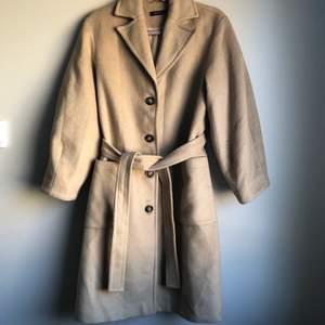 Beige kappa från Nakd, finns ej att köpa längre. Väldigt sparsamt använd. Fin beige färg med ballongärm. Strl 36 men passar även 38.