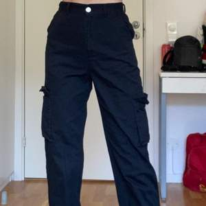 Ascoola svarta cargo byxor från ASOS i storlek xs. Bra skick och har bara använt dem ett fåtal gånger:)