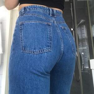 Säljer ett par av mina favorit jeans från Lindex i modellen Jackie och är straight(raka)/wide(vida). Mycket underskattade jeans som sitter så j*vla fint på och ger en super snygg figur. Tyvärr har dessa blivit lite för små för mig:/ Köpte jeansen för några månader sedan och har bara använt dem ett fåtal gånger. Nypris är 499kr. Jag bär storlek 36 men skulle vilja säga att dessa är lite mindre än vanligt i storleken. Har storlek 34 i andra likande jeans.