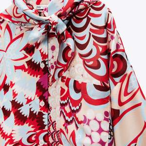 Mönstrad, flerfärgad sjal/scarf från Zara. Sidenimitation. Nyskick.