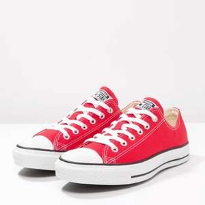 Superfina röda converse, köpta så jag skulle växa i dom men har nu vuxit förbi :( därav har dom legat i flyttkartong några år. Men dom är i bra skick och superfina nu till våren😍😍