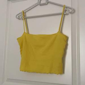 Sött gult linne med overlockad kant nedtill. Använd väldigt få gånger. Storlek xs/s. Säljer för 20kr+24kr frakt💘