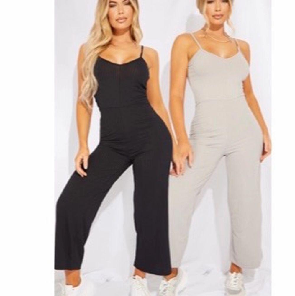 Två sjukt fina ribbade jumpsuit från PLT, köparen står för frakten, Köper man båda kostar de 250 annars 150 . Jeans & Byxor.