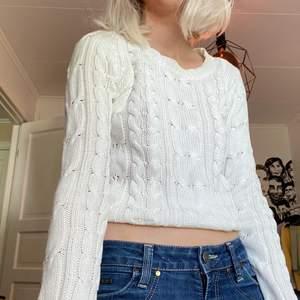 Vit stickad tröja köpt på sellpy, har många liknande tröjor så säljer vidare. Använd ett par gånger bara. Fraktar och möts i sthlm 🤍🤍