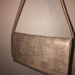 Oanvänd, skimrig handväska från esprit. Orginalpriset var 230. Jag vill ha betalt i kontanter.