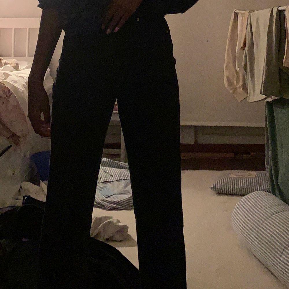 Mom jeans Från ginatricot. Andvänd fåtal gånger. Ordinarie pris 500kr. Jeans & Byxor.