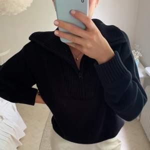 Så fin marinblå stickad tröja med krage från Zara, använd Max 5 gånger så tröjan är i superfint skick!! Strl S men passar även större!! Obs! Smutsen som syns är från spegeln och ej på tröjan:)
