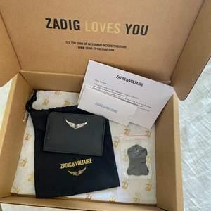 Lägger upp igen då köparen slutade svara☝🏼 Säljer min korthållare/plånbok från Zadig & Voltaire! Minst 6 kort får plats. Kom ihåg att bud är bindande ‼️❤️ Köp direkt för 500kr 💕