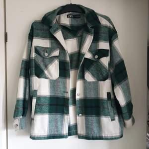 Populär skjortjacka från Zara 🥝 Storlek M men passar alla storlekar beroende på hur man vill att den sitter 🍓 Max använd 5 gånger 🌸