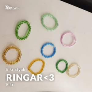 Det finns massa flera olika färger och om ni är intresserade att köpa dessa ringar men gillar inte färgen så är det bara att skriva till mig ert önskemål om färg så kan jag göra den färgen åt er <3