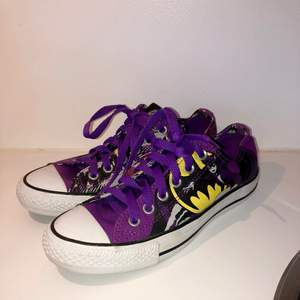 Passa på att köpa ett par som du säkerligen blir ganska unik att ha. Så grymma converse med Batman-motiv. Converse Catwoman Batman Women DC Comic women Mycket fint skick då de är lite små till mig. Storlek 37,5. Pris 270 kr porto tillkommer.